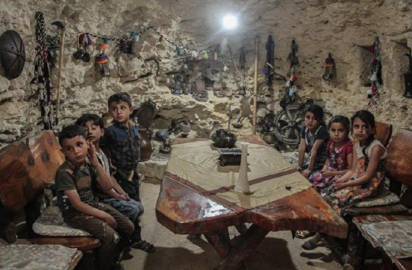 یک غار پناهگاه اسبق و کلاس درس امروز در «ادلب» سوریه