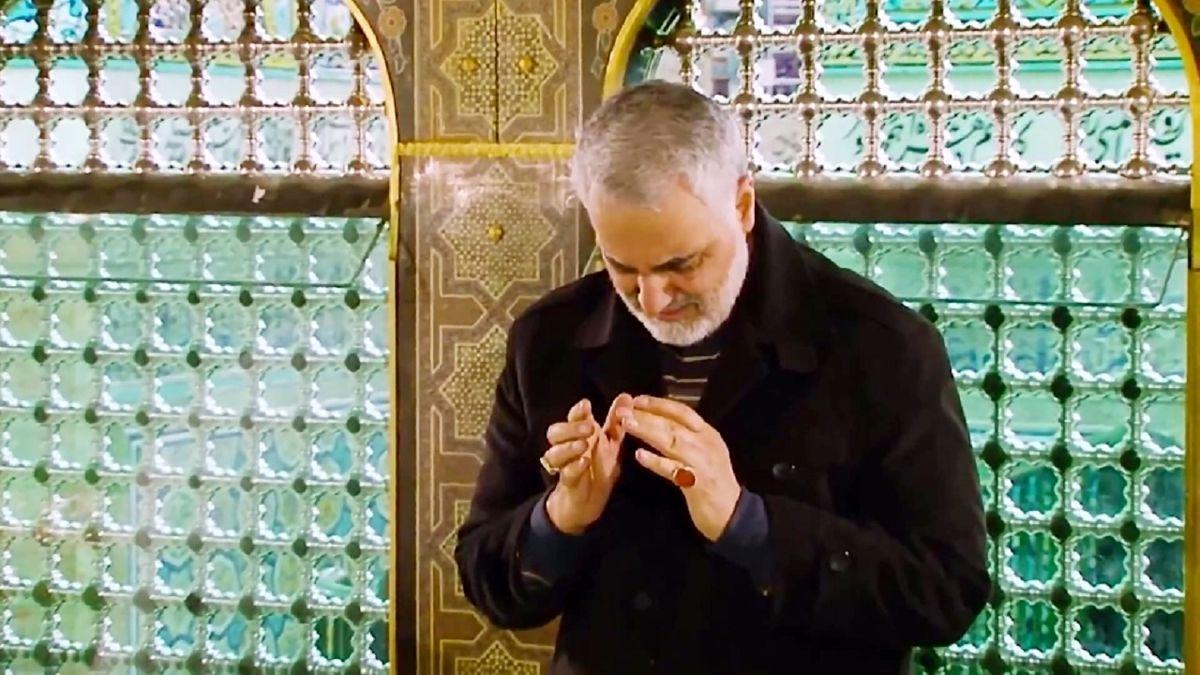 سردار سلیمانی در جمع زائران حرم رضوی + عکس