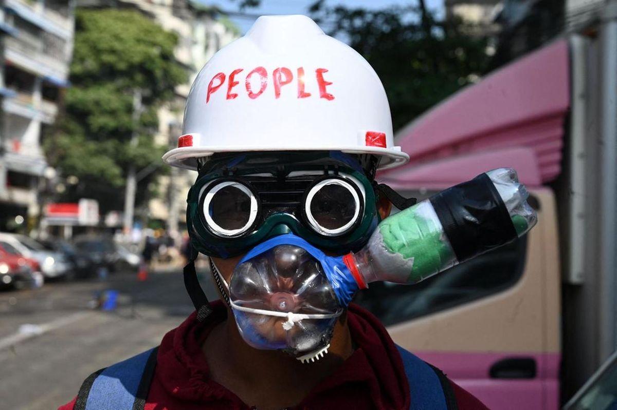ماسک ضد گاز اشک آور معترض میانماری+عکس