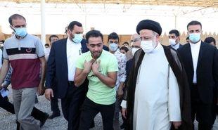 تصاویر: حضور رئیسی در تخت جمشید و حافظیه شیراز و گفتوگو با مردم