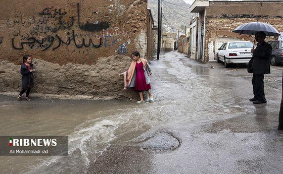 گریه دردناک دختربچه شیرازی از گیر افتادن در آبگرفتگی شدید! +عکس