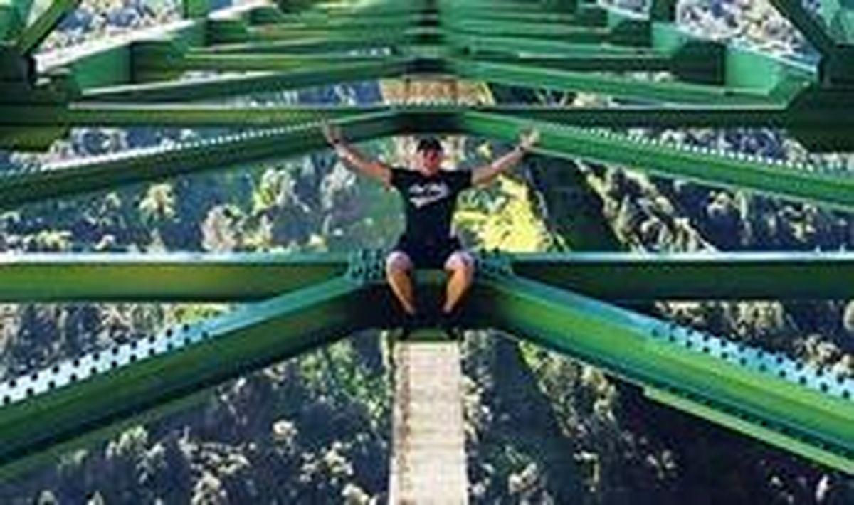 سرانجام وسوسه سلفی گرفتن از روی پل! +عکس
