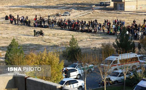 تجمع عجیب مردم در حاشیه گروگان گیری امروز قم! +عکس