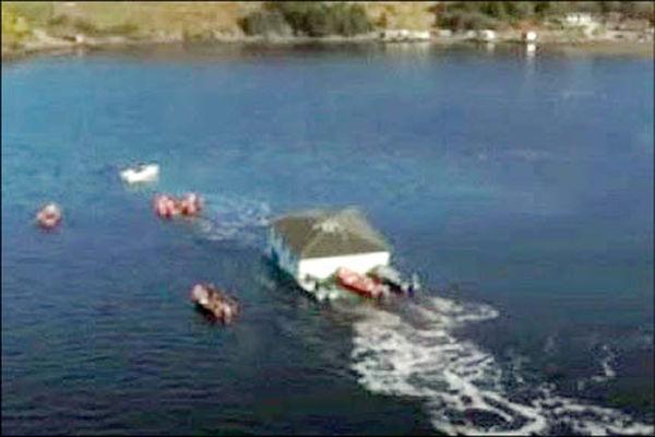 جابه جایی خانه با قایق خبر ساز شد +عکس