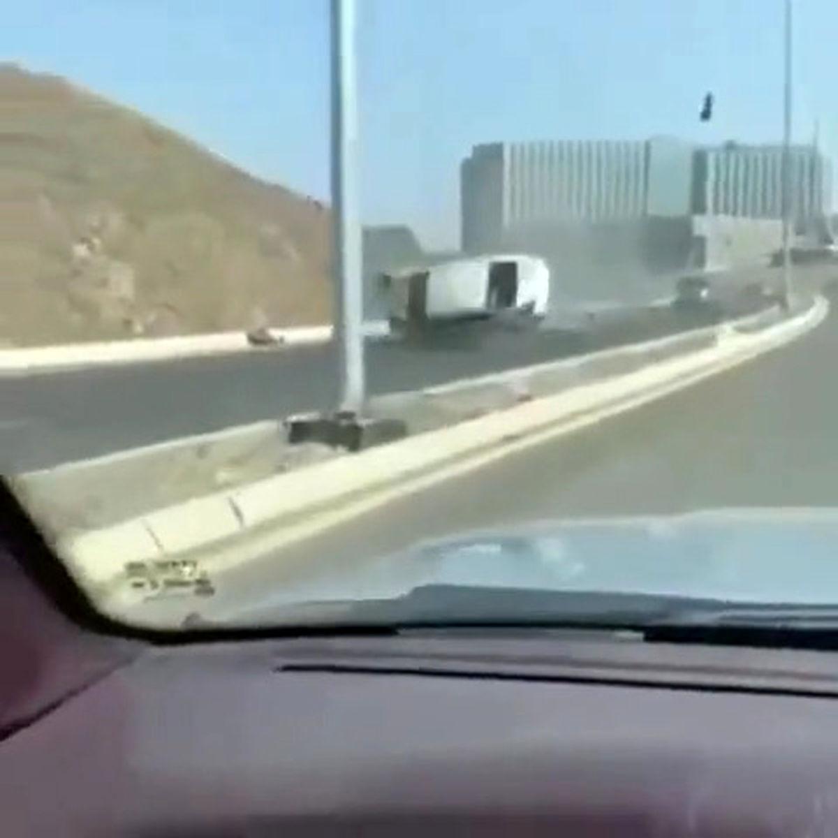 تصاویر هولناک از یک تصادف/پرت شدن 5 متری راننده پس از واژگونی خودرو! +عکس