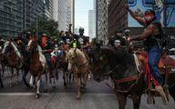 عکس: تظاهرات معترضان با اسب در تگزاس