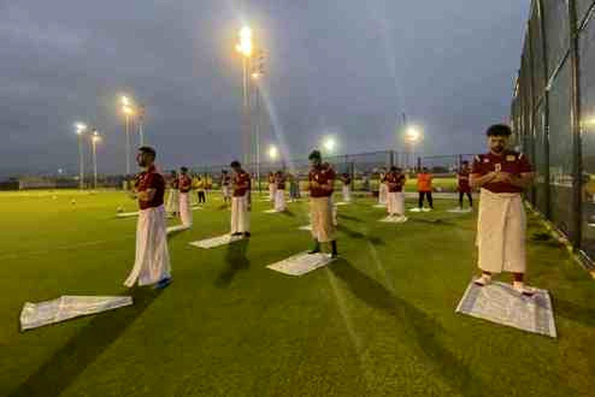 نماز خواندن بازیکنان یک تیم اماراتی حین تمرین +عکس