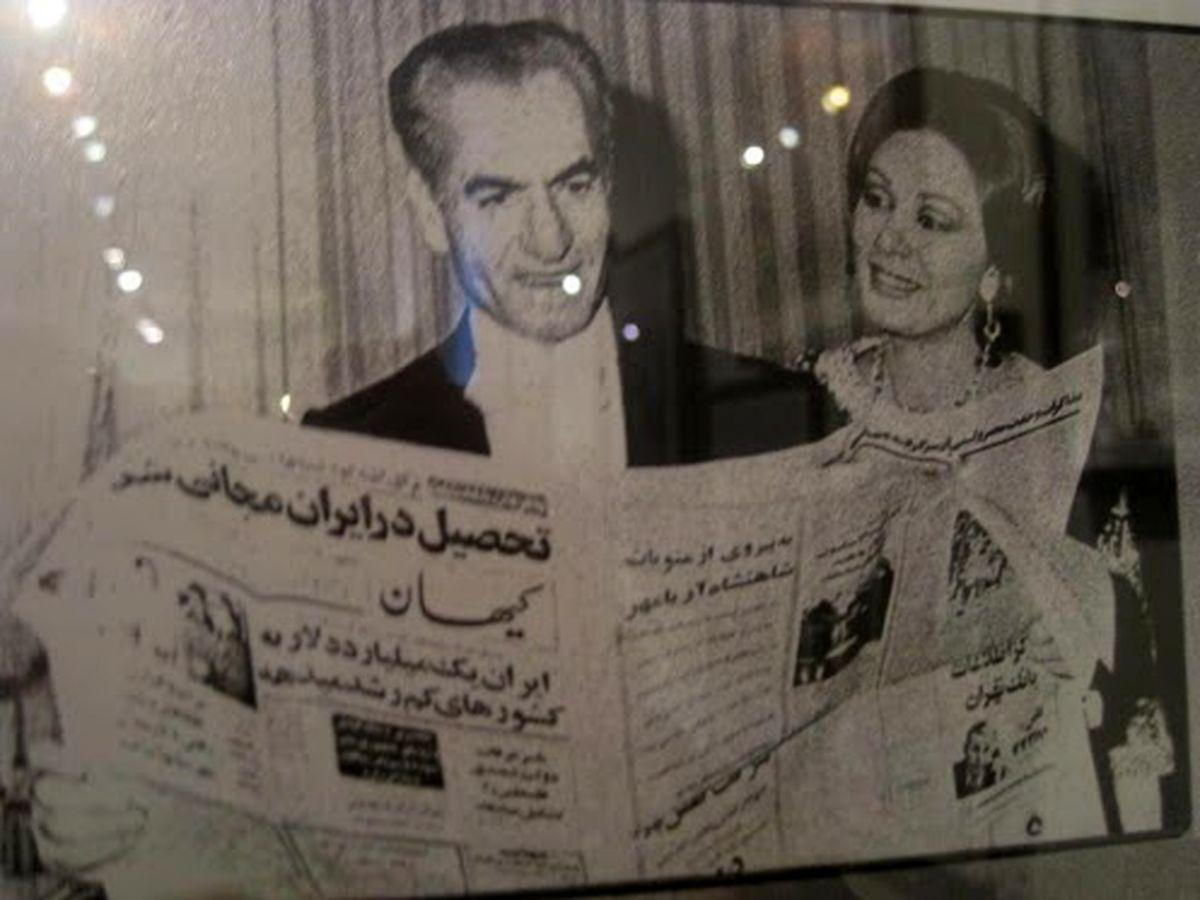 عکس: شاه در حال خواندن روزنامه کیهان