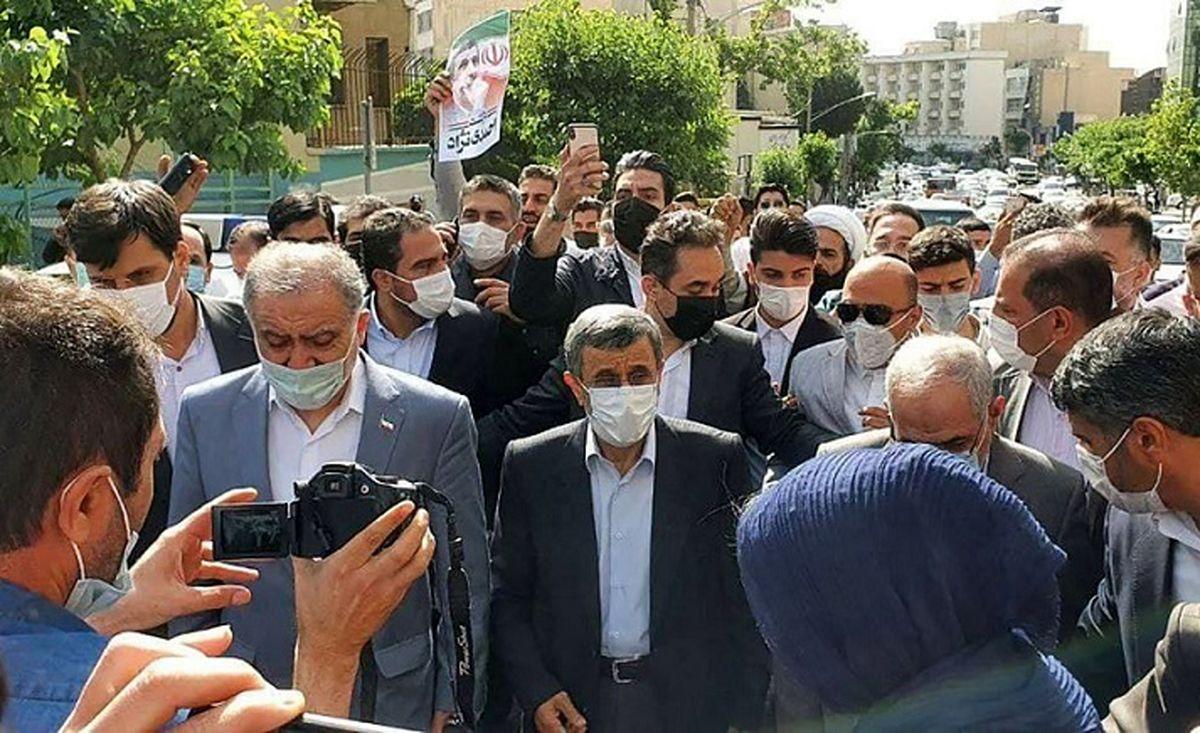 فیلم ورود احمدی نژاد به ستاد انتخابات