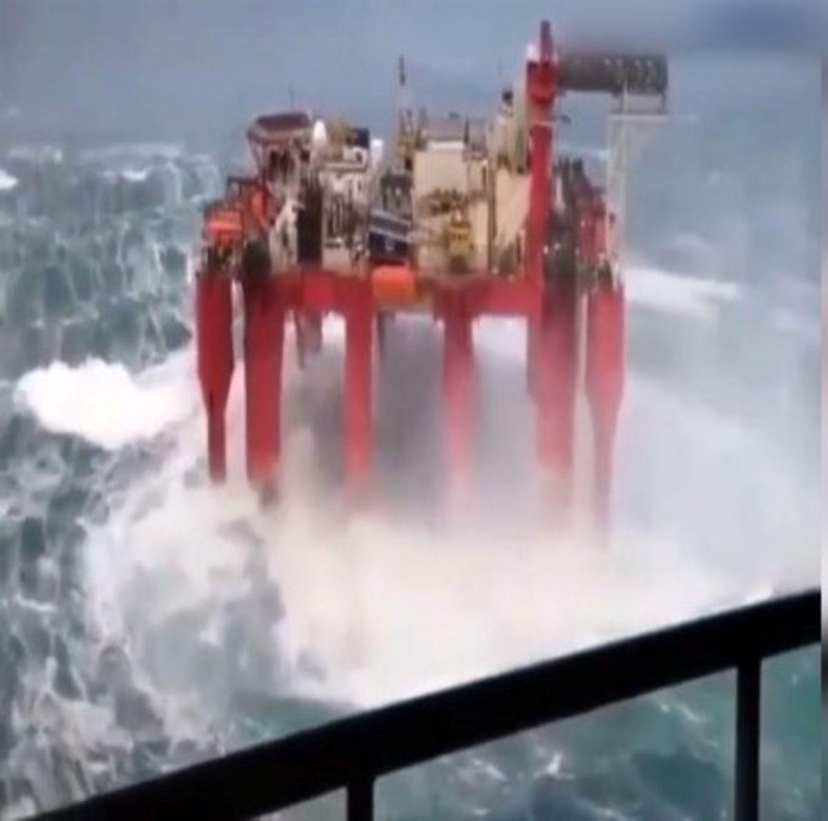 مقاومت سکوی نفتی در برابر طوفان +فیلم