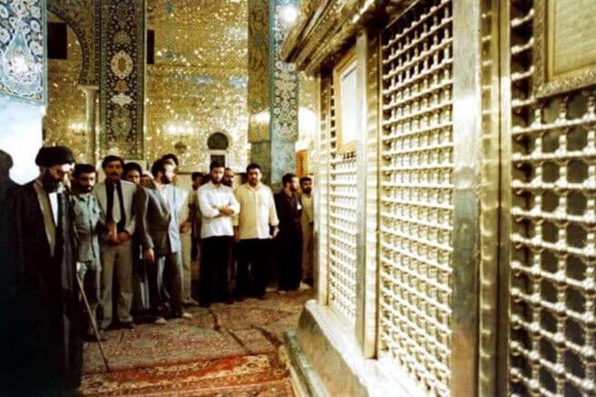 عکس دیده نشده از رهبر انقلاب در حرم حضرت زینب (س)