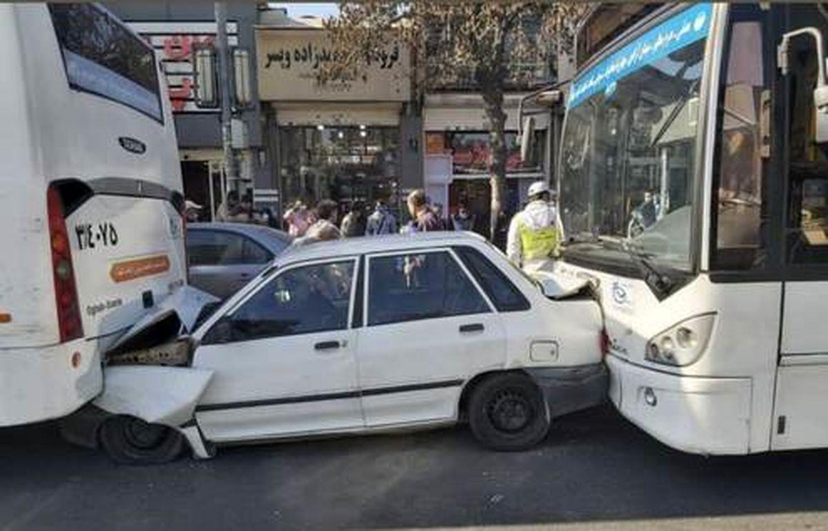 تصادف عجیب پراید و دو اتوبوس در مشهد +عکس