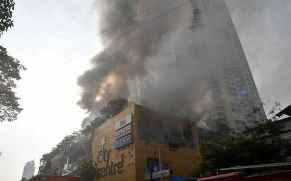 تخلیه ۳۵۰۰ نفر در پی آتشسوزی شدید در مرکز خرید بمبئی