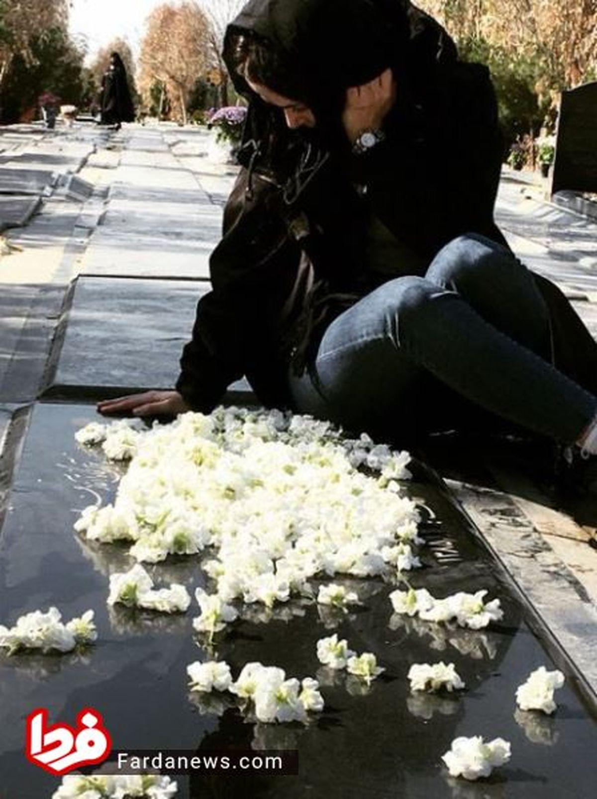 بیقراری الناز حبیبی بر مزار مادرش +عکس