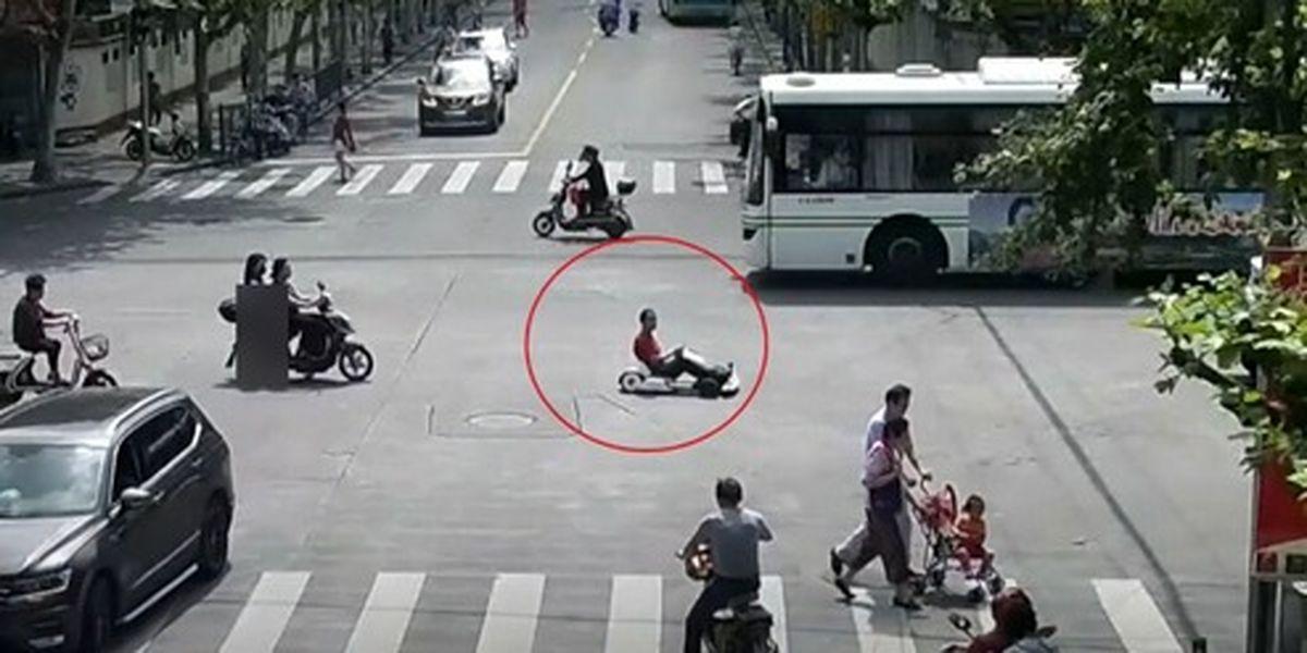 رانندگی با ماشین اسباب بازی در خیابان شلوغ! +فیلم
