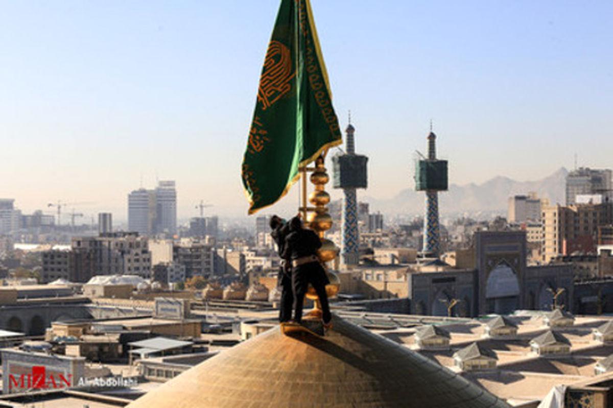 تصاویر: تعویض پرچم حرم مطهر رضوی