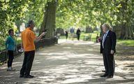 پیاده روی نخست وزیر انگلیس بدون محافظ در پارک! +عکس