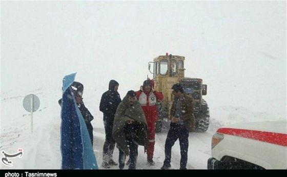 ۳ معلم از برف و کولاک الیگودرز نجات یافتند +تصاویر