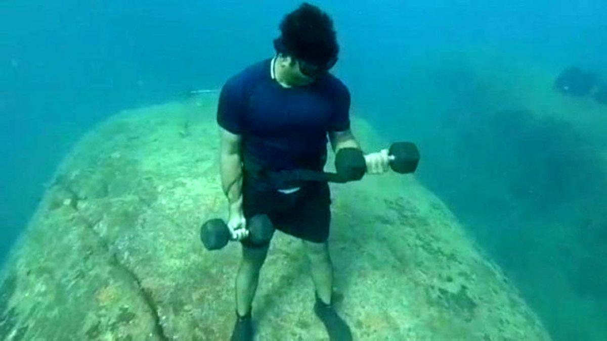 کار عجیب غواص هندی در اعماق دریا سوژه شد! +فیلم