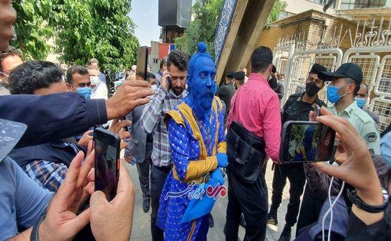 حضور فردی با شکل و شمایل عجیب بیرون وزارت کشور! +عکس