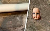 عروسک ترسناک در دیوار خانه باعث وحشت ساکنین شد +عکس